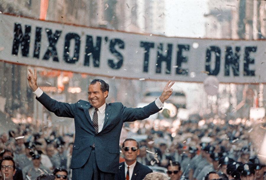 İlk etapta hırsız oldukları düşünülen 5 kişinin Cumhuriyetçi Parti'yle alâkaları yavaş yavaş ortaya çıkmaya başladı. Zira bu 5 kişinin harcamaları Başkan'ı Yeniden Seçtirme Komitesi tarafından finanse edilmişti. Nixon Hükümeti bu iddiaları reddetti.                                                                                                                                                                                                                                                                                                                                                                                                                                                                                                                                                                                                                                          Nixon seçim kampanyasında