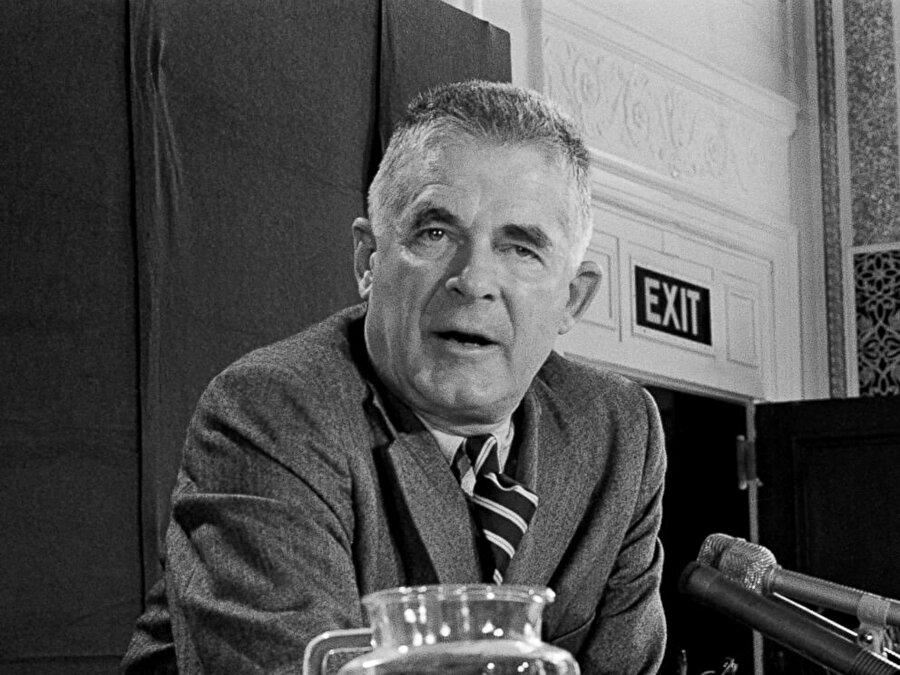 Özel Savcı Archibald Cox, Beyaz Saray'da Başkan'ın bütün konuşmalarının teybe alındığını öğrenerek bu bant kayıtlarının kendisine verilmesini isteyince Yüksek Mahkeme'ye başvuruldu.                                                                                                                                                                                                                                                                                                                                                                                                                                                                                                                                                                                                                                          Özel Savcı Archibald Cox