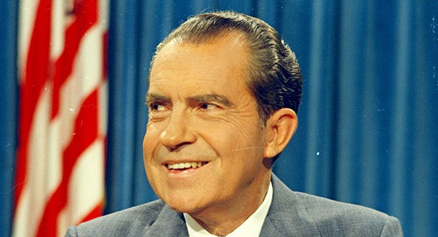 Başkan Nixon, Beyaz Saray'daki ses kayıtlarını vermemek için Savcı Cox'u görevden almak istediğinde Adalet Bakanı Richardson Nixon'a rest çekerek savcının arkasında durdu ve görevden uzaklaştırıldı.                                                                                                                                                                                                                                                                                                                                                                                                                                                                                                                                                                                                                                             Başkan Richard Nixon