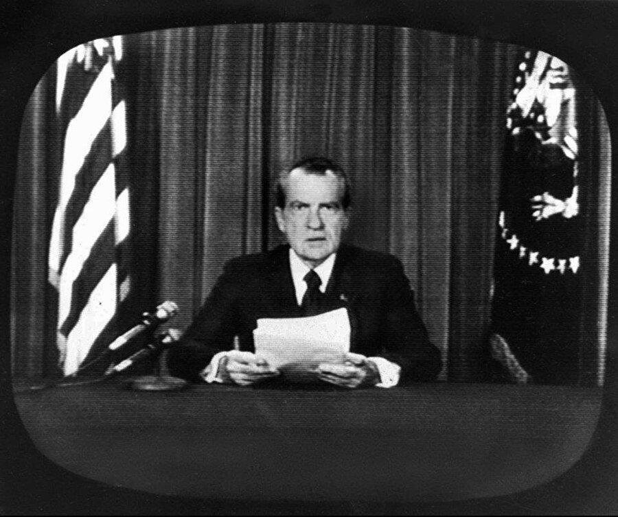 """İyice yıpranan Başkan Nixon bir süre sonra Oval Ofis'te kameraların karşısına başkanlık görevinden istifa edeceğini açıkladı. Nixon; """"Hiçbir zaman görevimi yarıda bırakan bir siyasetçi olmadım. Başkanlık dönemim bitmeden istifa etmek yapıma aykırı bir durum. Ancak başkan olarak önceliği Amerika'nın çıkarlarına vermem gerektiğinin bilincindeyim"""" diyerek görevinden ayrıldı."""