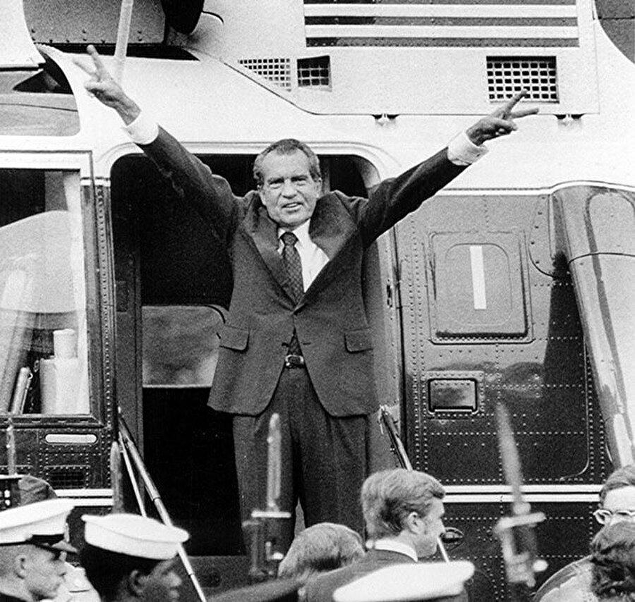 """Ertesi gün Beyaz Saray çalışanlarına duygusal bir konuşma yapan Nixon, siyasi kariyerini sona erdiren skandalın ardındaki gerekçelerden birini; """"Şunu sakın unutmayın; birileri sizden nefret edebilir. Ancak siz onlardan nefret etmezseniz, kazanacak birşeyleri olmaz. Nefretiniz sizi de yok eder"""" diyerek ifade etmişti.                                                                                                                                                                                                                                                                                                                                                                                                                                                                                                                                                                                                                                          Başkan Nixon bir yurt gezisinde."""