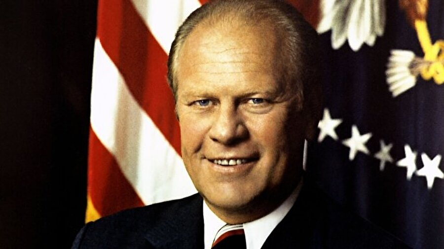 """Nixon'un yerine geçen Başkan Gerald Ford, öncelikle tarihinde ilk kez bir başkanın istifasına şahit olan Amerikan halkına güven vermeye çalıştı. Başkan Ford, sade cümlelerle Amerikan demokrasisini överek, halka şunları söyledi                                                                                                                                                                                                                                                                                                                                                                                                                                                                                                                                                                        """"Uzun süreli ulusal kabusumuz artık bitti. Anayasamız işliyor. Cumhuriyetimizde kişilerin değil, yasaların üstünlüğü var. Burada ülkeyi halk yönetir."""""""