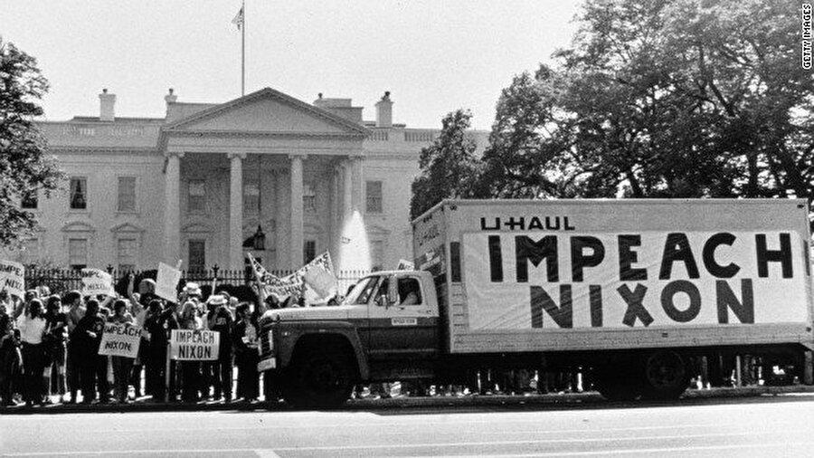 Watergate Skandalı'nda görevlerini kötüye kullandıkları için Nixon'un yardımcılarından birkaçı hapse mahkum edildi. Beyaz Saray'daki ses kayıtlarında Nixon'un skandalı örtbas etme çabaları kapsamında yardımcılarının sorgulamayı yürüten FBI'ya yalan söylemelerini emretmesi, skandala karıştığını belgeledi.                                                                                                                                                                                                                                                                                                                                                                                                                                                                                                                                                                                                                                          Skandalın patlak vermesi üzerine Beyaz Saray önünde günlerce protestolar yapıldı.