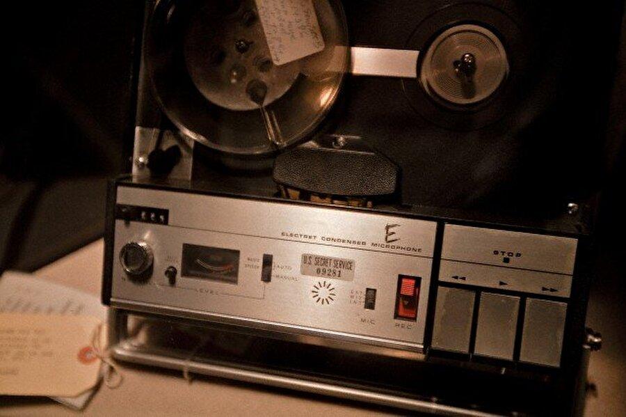 Amerikan Senatosu olayla ilgili olarak soruşturma açtı ve Nisan 1974'te Başkan Richard Nixon, Watergate ile ilgili konuşmalarını içeren bantların montajlanmış halini yayınladı.                                                                                                                                                                                                                                                                                                                                                                                                                        Watergate dinlemelerinde kullanılan kayıt cihazları.