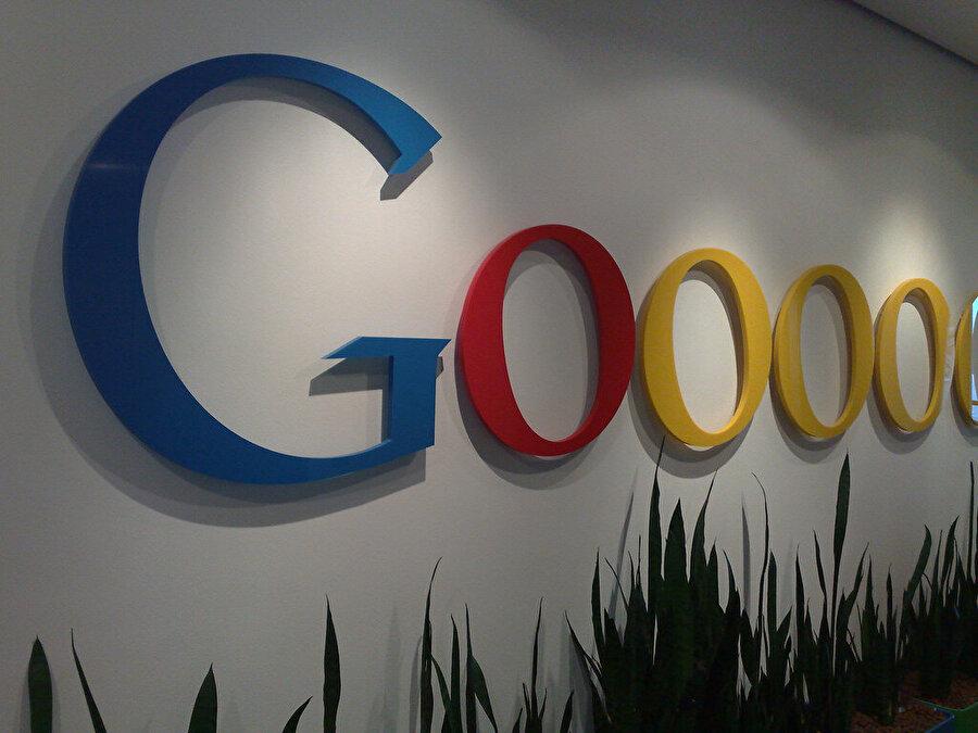 Google, adını 1000...0000 anlamına gelen googol'un yanlış hecelenmesi sonucu almış.