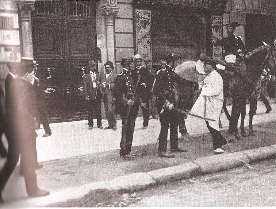 la Setmana Tràgica                                      İspanyol siyasetçi ve Radikal Cumhuriyeçi Parti lideri Alejandro Lerroux, yoksulluğun sürekli arttığı Katalonya'da cumhuriyetçiliğin yayılmasına öncülük etti. 1909'da orduya karşı yükselen rahatsızlık ve Barselona'da yaşanan olaylar Setmana Tràgica (trajik hafta)'nın yaşanmasıyla son buldu. Olaylar sonucunda birçok Katalan hayatını kaybetti.