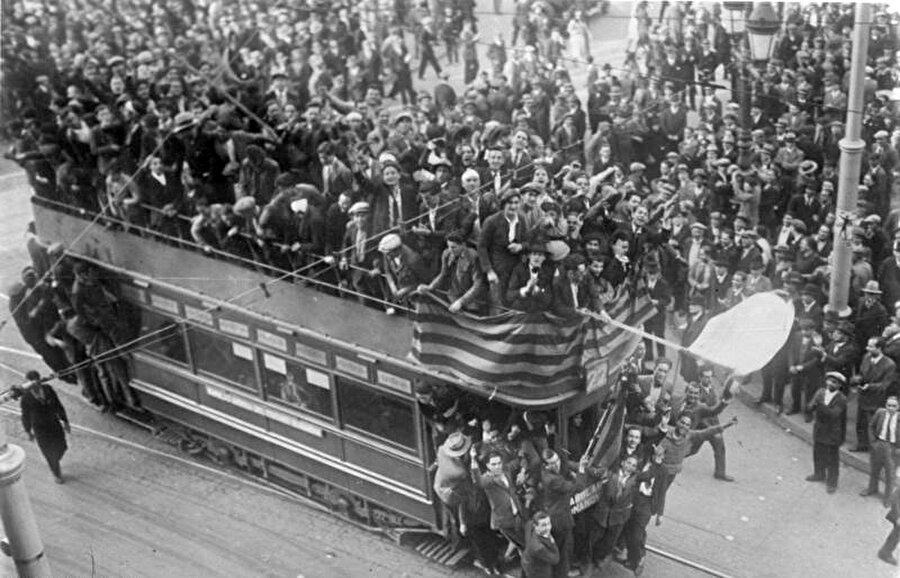 İkinci Cumhuriyet Dönemi başlıyor                                       Ülke ekonomisi Büyük Buhrandan çok ciddi etkilenmiş. Bu ortam kısmen 1923'ten beri yönetimde etkili olan ordunun 1929'da iktidarı kaybetmesine zemin hazırlamıştı. 1931'de cumhuriyetçilerin iktidara gelmesiyle krala yönetimden el çektirildi.