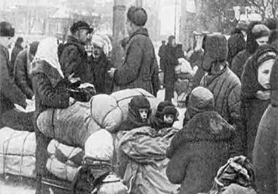 II.Dünya savaşının başlamasıyla Ahıska Türkleri için zor günler başladı. Savaş patlak verdiğinde 15 yaşından 55 yaşına kadar erkeklerden oluşan yaklaşık 40 bin Ahıska Türk'ü Stalin tarafından Alman cephesine sevk edildi. Hiçbir silah eğitimi olmayan Ahıska Türkleri Sovyetler Birliği için savaştırılırken, gerideki aileleri adeta dehşeti yaşadı.