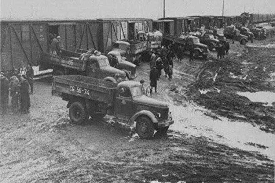 Zorunlu sürgün, Ahıska Türklerinin stratejik konumları itibarıyla Stalin tarafından Birlik için tehdit olarak görüldüklerinin kanıtı niteliğindeydi. İkinci Dünya Savaşı'nda Sovyet ordusunun emrinde savaşan Ahıska Türkleri, zalim Stalin yönetimi tarafından zulme uğradı. Hazırlanmaları için birkaç saat verilen insanlar tren vagonlarına doldurularak 10-15 günlük yolculuğa çıkarıldı. Sürgün esnasında ve sonrasında binlerce insan; hastalıktan, açlıktan, havasızlıktan hayatlarını kaybetti.