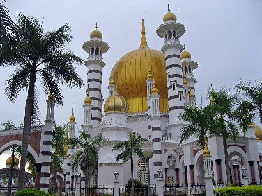 Ubudiah Cami - Malezya                                                                                                                Perak Sultan'ın hastalıktan kurtulduğuna şükür etmek istemesi üzerine yapılmış olan Ubudiah Cami, görsel olarak dünyanın en modern ve en lüks görünümlü camileri arasında yer alıyor. Malezya'nın Kuala Kangsar kasabasında bulunan ve 1913-1917 yılları arasında tamamlanarak ibadete açılan Ubudiah Cami, Gotik tarzda inşa edilmiş, türünün en garip modellerinden biri olarak ayrı bir yere sahip.