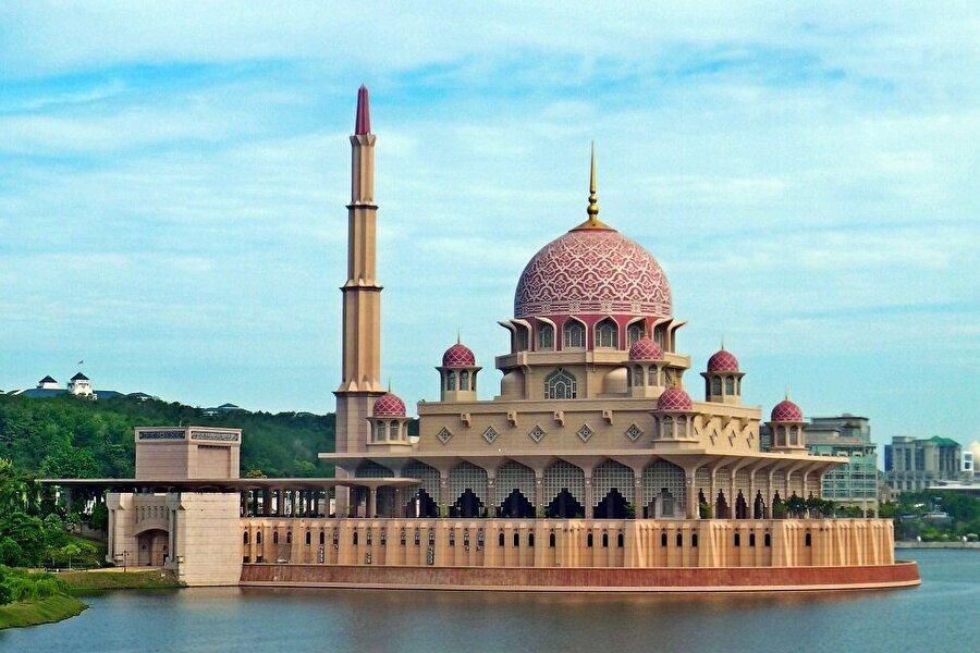 Putra Camii - Malezya                                                                                                                Putra Camiinin avlusu birbirinden güzel süslemeli havuzlar ve sütunlardan oluşturulmuştur. Putra Camiinde bir vakit namazında 15 bin kişi namaz kılabilmektedir. Bağdat'ta bulunan Şeyh Ömer Camisi tasarımından etkilenen Putra Camisi beş katlı olarak inşa edilmiştir.