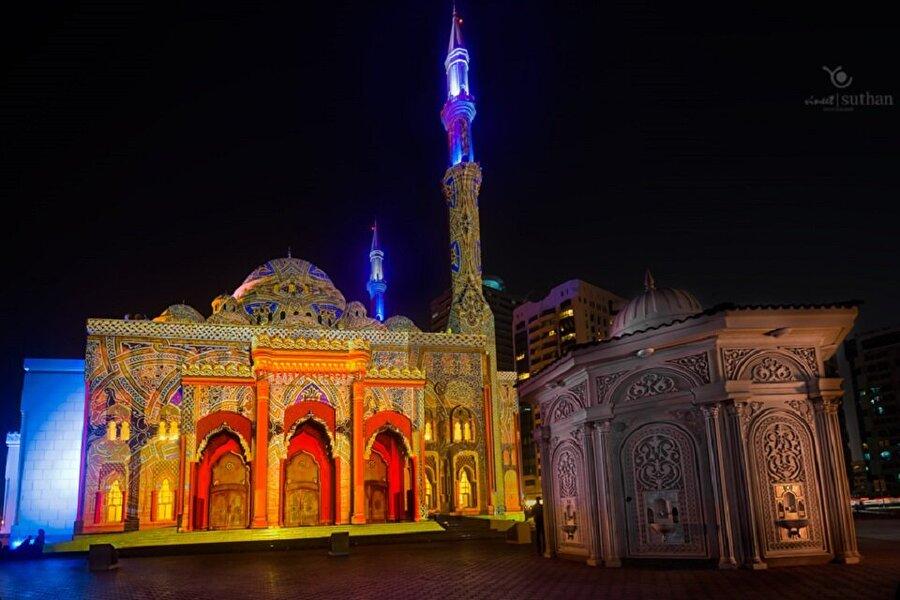 El Nur Camii                                                                                                                Dubai'de bulunan bu yapı, özellikle mimarisinde Türk-Osmanlı hatlarına sıkça yer vermiş. Birleşik Arap Emirlikleri'nin en önemli camilerinden olan El Nur'un en ilgi çekici noktası da ışıklandırması olarak dikkat çekiyor.
