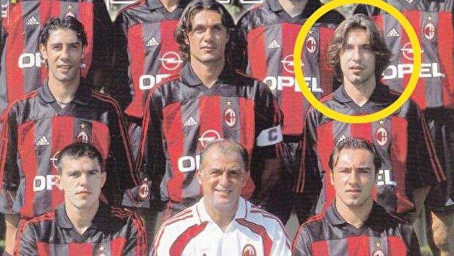 """YER: İtalya, BAŞROL: Fatih Terim                                      Berlusconi ve Ancelotti arasında karşılıklı sevgiye dayanan, oldukça sağlam bir ilişki vardı. Fakat bunun Milan'ı çalıştıran herkes için geçerli olduğunu söyleyemem, örneğin Fatih Terim... Fatih Terim oldukça dikkat çekici ve kurallara alerjisi varmış gibi gözüken garip bir insandı. Daha en başında Milan'da uzun süre görev yapamayacağı oldukça belliydi ve kısa bir süre sonra da kovuldu. Terim Milan'dan önce, canının istediği her şeyi yapabildiği, daha düşük profilli takımlarda görev almıştı ama burası Milan'dı. Burada bazı hareketlerin tolere edilmeyeceğini herkes bilirdi. Mesela; öğle yemeğine canı isteyince geç katılıyordu. AC Milan'ı temsil etmesi gereken resmi aktivitelere kravat takmadan gelebiliyor; sonra bu aktivitelerden, evinde """"biri bizi gözetliyor"""" seyretmek için kimseye haber vermeden erkenden ayrılıp, Galliani'yi masasında tek başına bırakıyordu. Kendisini tesislerde John Travolta gibi garip, cafcaflı ve renkli kıyafetler giyerken görüyorduk. Görevi boyunca kendisinin adeta gölgesi gibi olan deli bir tercümanı vardı. Terim'in 5 dakikalık ateşli konuşmalarını, duygusuz şekilde 5 saniyede tercüme eden bir adam... Tercümanı bir ara Terim'e medya ile tüm ilişkileri süresiz kesmesini tavsiye etti. Medya ile ilişkileri kesmek... Süresiz... AC Milan'da... İletişimin her şeyden önemli olduğu ve mükemmel yönetildiği bir kulüpte...Özellikle göreve başladığı ilk günlerde yaptığı takım toplantıları ise unutulmazdı. Terim eline bir tebeşir alıp taktik tahtasına 11 daire çizerdi. Tahtadaki her daire sahaya çıkacak bir oyuncuyu temsil ederdi. Ancak konuşmanın ortasında taktik tahtası, çizdiği oklardan ve karalamalardan öyle bir hale gelirdi ki; hangi dairenin kimi işaret ettiğini anlamak imkansızlaşırdı. Taktik tahtası, oyuncuları ve mevkileri birbirinden ayırmanın mümkün olmadığı karmakarşılık bir hal alırdı. Kısacası tam bir kaos... Sadece kalecinin kendi pozisyonundan emin olabildiği bir kaos... """