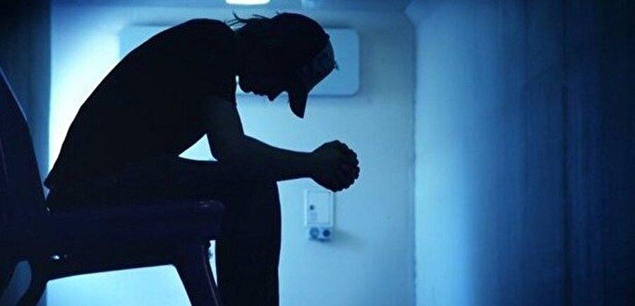 Geneli erken yaşlarda psikiyatrik sorunlar göstermeye başlamıştır, yüksek bir intihara teşebbüs yüzdeleri vardır.