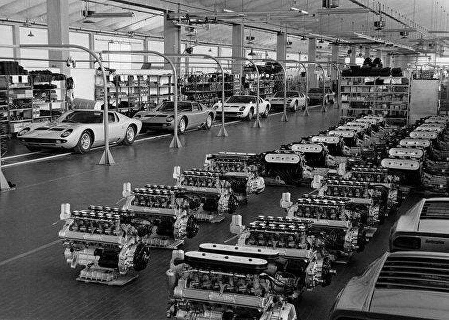 Artık Ferrari'den daha hızlı, daha sağlam ve daha güvenilir araçlar yapmayı hedefleyen Ferruccio Lamborghini'nin amacı, en iyi spor arabaların sadece Ferrari tarafından yapılabileceği algısını yıkmaktır. Yola bu fikirle çıkan Ferruccio Lamborghini ilk olarak Automobili Lamborghini firmasını kurar.