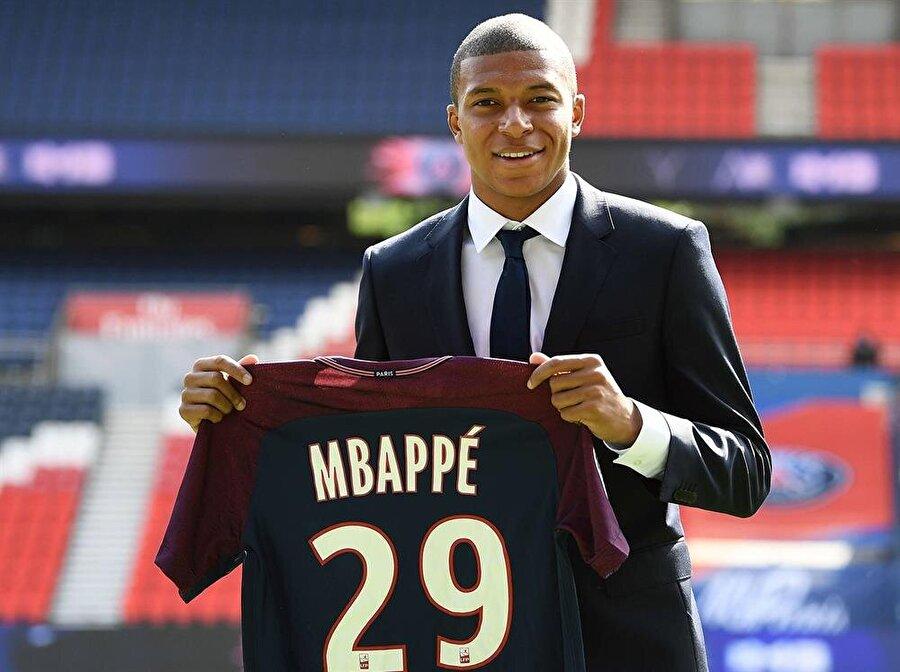 Kylian Mbappe (Santrfor)                                                                           Gelelim senenin en sansasyonel futbolcusuna. Sezon başında Monaco taraftarları hariç çok az kişi tarafından bilinen birisiyken şu anda transfer döneminin en gözde futbolcusu haline geldi. Pozisyon bilgisini Falcao sayesinde kazanan, hızı, dinamizmi ve bitiriciliğiyle de skoru değiştirebilen bir futbolcu hüviyetine bürünen genç yıldız, 44 maçta 26 gol ve 14 asiste imza attı.  Stil olarak Thierry Henry'ye benzetilse de kariyer olarak efsaneyi geçeceğe benziyor