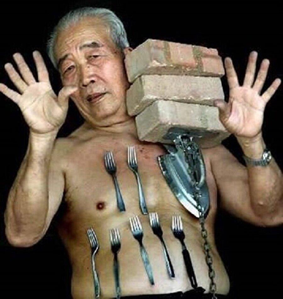 Mıknatıs Adam ''Liew Thow Li'' Malezyalı Liew Thow Lin'in vücudu tam bir manyetik alan, Başkent Kuala Lumpur'a 200 km mesafedeki Ipoh Kasabası'nda yaşayan 69 yaşındaki Lin bütün madeni eşyaları mıknatıs gibi çekiyor. Çatal bıçaktan ütüye her türlü metal eşyayı bedeninin çekim gücüyle taşıyabilen Lin, çevre illerden gelen meraklıların da başlıca ilgi odağı durumunda.