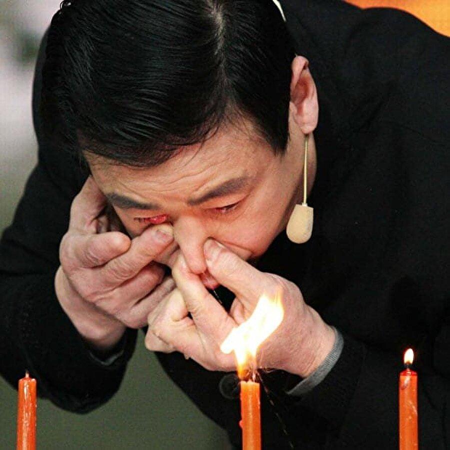 Göz yaşlarıyla yazı yazan adam ''Ru Anting'' Çinli 56 yaşındaki Ru Anting çok özel bir yeteneğe sahip gözlerinden fışkırttığı yaşlarla yazı yazabiliyor. Burnuna bir miktar su çektikten sonra suyu gözyaşı kanalından fışkırtan adam belirli bir yüzey üzerinde istediğini yazabiliyor..