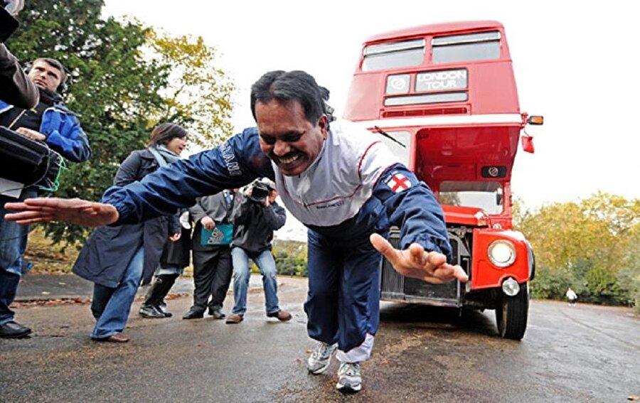 """Demir Adam ''Manjit Singh'' """"Demir Adam"""" lakaplı Manjit Singh yaklaşık 30 dünya rekorunun sahibi. Bu rekorlar arasında çift katlı bir otobüsü saçıyla çekmek, kulaklarıyla 85 kg kaldırmak ve tabii yine kulaklarıyla bir jet uçağı çekmek yer alıyor."""