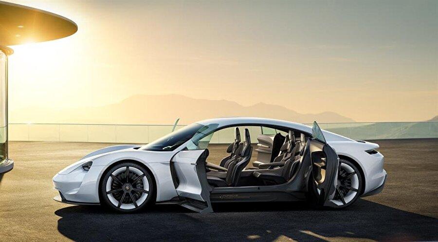 2019'da yollarda olması bekleniyor                                                                                                                Porsche'nin giriş seviyesi Panamera ve Tesla Model S 75D gibi araçların fiyatlarına yakın olan Mission E'nin satış rakamlarının da yüksek olacağı düşünülüyor.     En erken 2019 yılında yollarda olması beklenen aracın gelişiminin ikinci aşamasında olunduğu belirtildi. 0'dan 100'e 3,5 saniyenin altında çıkan otomobilin tek bataryayla gidebildiği menzilin ise 500 kilometre olduğu belirtildi.