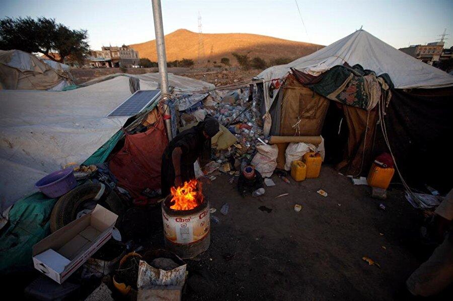 Milyonlarca kişinin uluslararası örgütlerin insani yardımlarıyla yaşama tutunduğu ülkede Suudi Arabistan'ın uyguladığı ablukanın sürmesinden gıda krizinin tehlikeli seviyelere ulaşmasından endişe ediliyor.