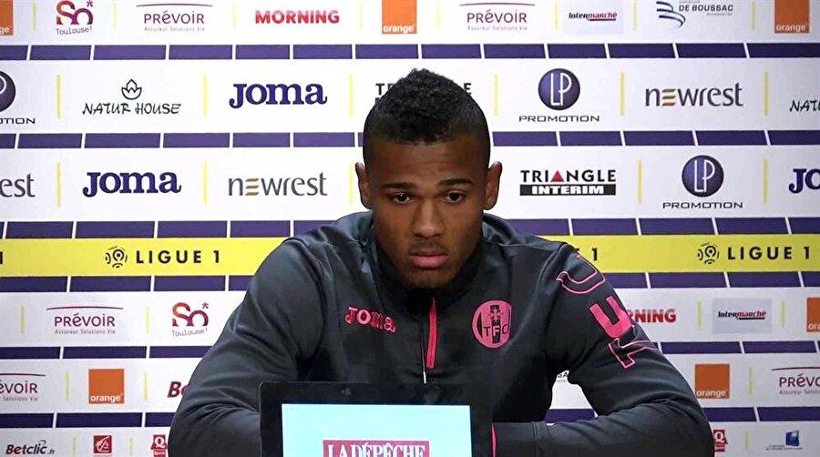 Sağ bek: Kelvin Amian Adou  Yalnızca Türkiye'nin değil, dünya futbolunun da en büyük sorunlarından biri olan sağ bek gerçeği, FIFA 18 özelinde Adou ile çözülebilir. Toulouse forması giyen genç yıldız, 86 rating puanına kısa süre içerisinde ulaşabiliyor.