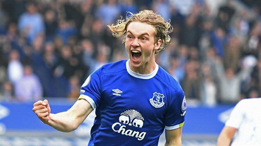 """Orta saha: Tom Davies Şimdiden Everton'da aldığı her sürede dikkat çekmek isteyen Tom Davies, muhtemelen bir dahaki oyunda """"ucuz wonderkid"""" olmaktan çıkacak. O yüzden FIFA 18'de bu fırsatı kaçırmayıp onu 9 milyon euro karşılığında takımımıza almamız doğru hamle olacaktır. Gelecekte 85 overall rating'i görebilecek oyuncu, enerjisiyle takıma can katacaktır."""