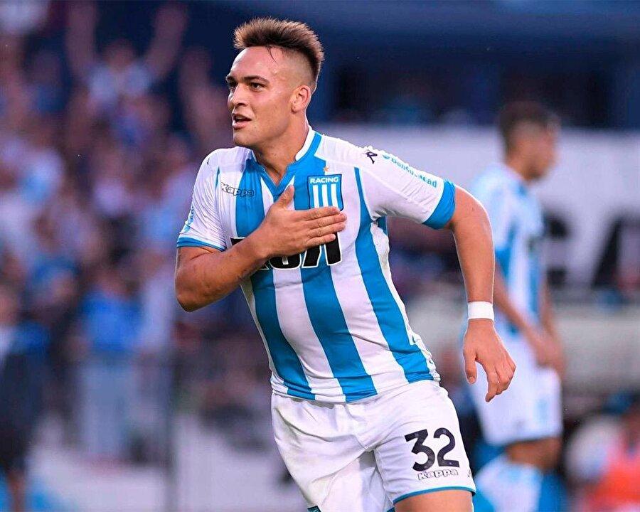 Santrfor: Lautaro Martinez  Böylesine kusursuz bir takımın forveti de başarılı ve iyi olmak zorunda diyebiliriz. Arjantin'li yıldız adayı çok uzun olmayan boyuna rağmen takıma ciddi manada katkı sağlayabiliyor. 6.5 milyon Euro karşılığında transfer edebileceğimiz ismin genel rating'i 88'lere ulaşabiliyor.