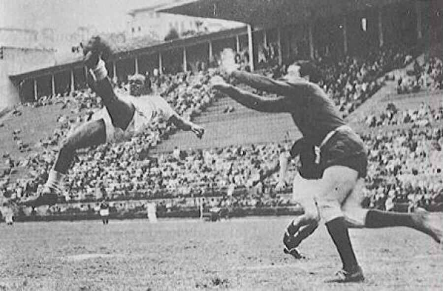 Ramon Unzaga, gelişen atakta bir adım arkasına düşen topu gole çevirmek için şimdiye kadar hiç yapılmamış bir şey yaptı: kaleye sırtını döndü ve kendini geriye atarak değişik bir vuruş denedi.