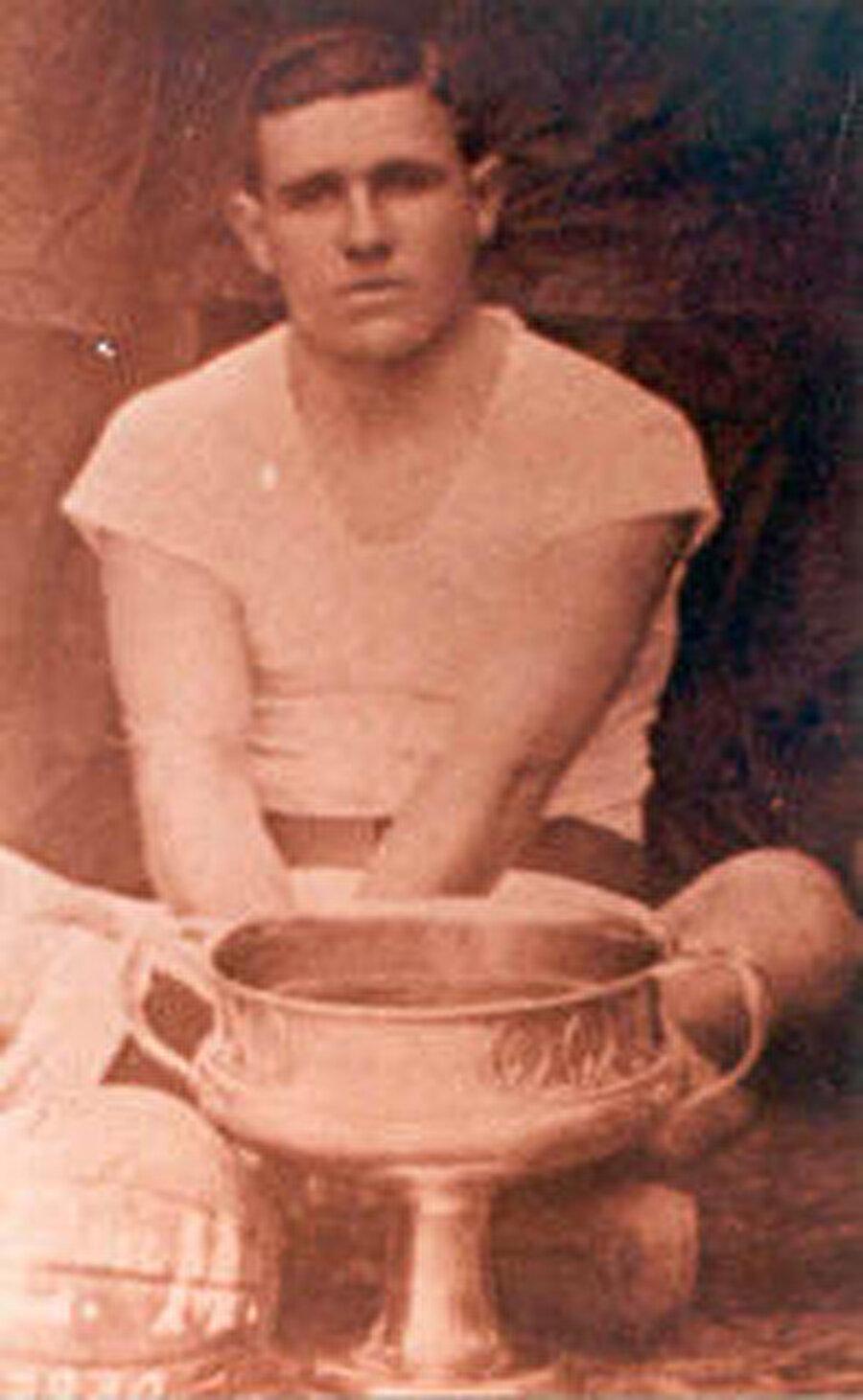 Şehrin en büyük takımı olan, aynı isme sahip Talcahuano'da futbol kariyerine başladı.
