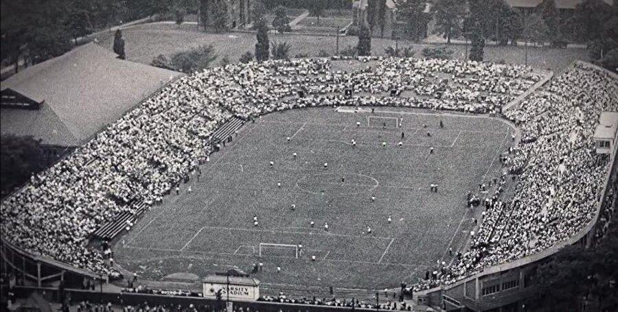 18 yaşına geldiğinde, A takımla El Morro Stadı'nda maça çıktı. Bu maçın, futbol tarihi için bir dönüm noktası olacağından habersizdi.