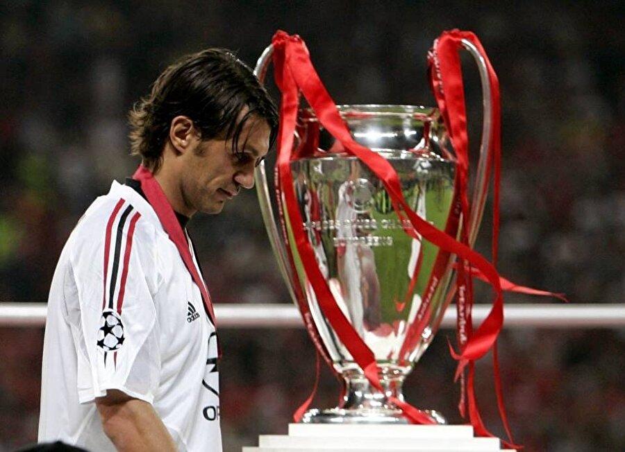 Paolo Maldini Paolo Maldini, Şampiyonlar Ligi'nde en çok forma giyen 10 futbolcu arasında yer alıyor. Kariyeri boyunca yalnızca Milan forması giyen Maldini, İtalyan devi ile üç kez Şampiyonlar Ligi finali hüsranı yaşadı. İtalya Milli Takımı forması terleten Maldini, Gök Mavililerle de çıktığı iki final maçında da büyük bir hayal kırıklığı yaşadı. 1994 Dünya Kupası'nda İtalya Brezilya'ya boğun eğdi. 2000 Avrupa Futbol Şampiyonası'nda ise İtalya Fransa'ya yenildi.