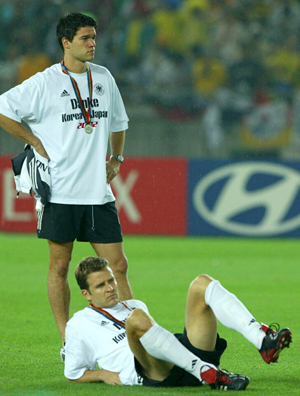 Michael Ballack  Alman eski futbolcu Michael Ballack, 2001-2002 sezonunda Bayern Leverkusen ile Bundesliga'da son üç haftaya 5 puan önde girdi. Ancak son üç haftada imkansız gerçekleşti ve Leverkusen şampiyonluğu Dortmund'a kaptırdı. Yine aynı yıl Ballack'lı Leverkusen Şampiyonlar Ligi finalinde Real Madrid'e boyun eğdi. 2002 Dünya Kupası finalinde Almanya, Brezilya'ya 2-0 mağlup oldu. Söz konusu final maçında ise Ballack kırmızı kart cezası nedeniyle yer almadı.