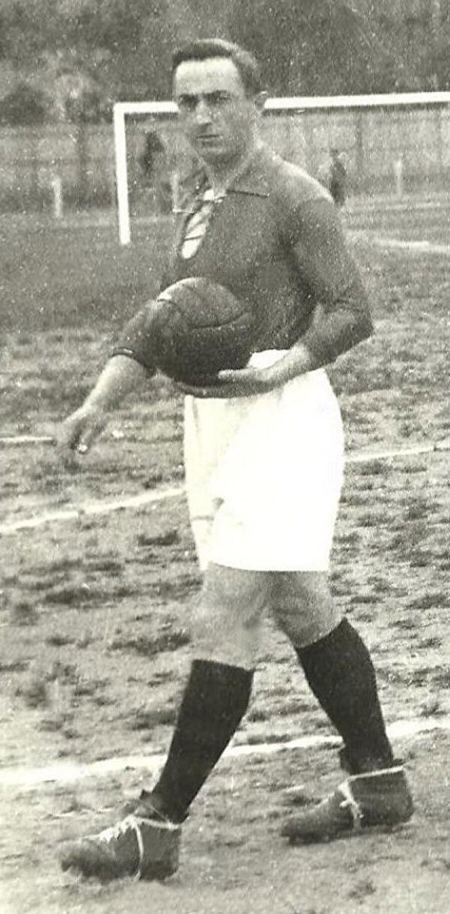 Zeki Rıza, 28 Şubat 1898'de İstanbul'da dünyaya geldi. O yıllarda yaşamak hatta spor yapmak bir hayli zordu.