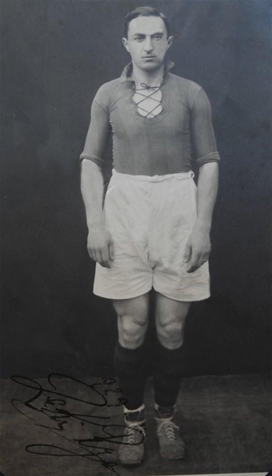 1898'de dünyaya gelen Zeki Rıza, 1907'de kurulan Fenerbahçe'ye çocuk yaşta gönlünü kaptırdı. Zeki Rıza çubukluyu henüz 17 yaşındayken giymeye başladı. Spora düşkün bir ailede büyüyen Zeki Rıza hem yetenekleriyle hem de beyefendi kimliğiyle takdir topluyordu.