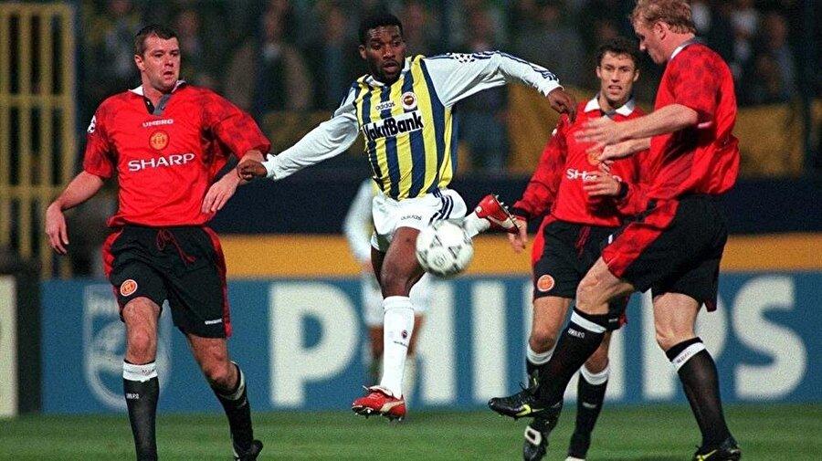 Jay-Jay Okocha – 12.6 milyon avro (Fenerbahçe – PSG)                                                                           Fenerbahçe'de iki sezon oynayan Okocha, belki şampiyonluk göremedi ama bütün taraftarları mest etti. O oynarken, bütün çocuklar Nijeryalı futbolcunun sahada yaptığı hareketleri yapmaya özendi. Kırmızı kramponları, topla dans eder gibi hareketleri ve bire birdeki etkinliğiyle herkesin hafızasına kazındı. Sarı-Lacivertli takıma 1996 Atlanta'da kazandığı olimpiyat şampiyonluğunun ardından 3.5 milyon avroya gelen oyuncu, 12.6 milyon avro gibi yüksek bonservis ile transfer olduğu Paris Saint-Germain'de de ikon seviyesine yükselmeyi başardı.