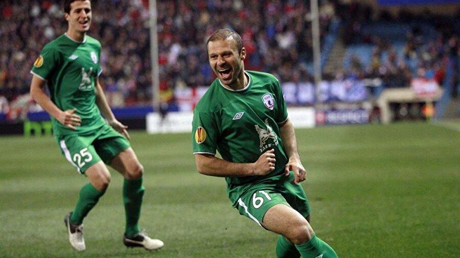 Gökdeniz Karadeniz – 8.7 milyon avro (Trabzonspor – Rubin Kazan)                                                                           Trabzonspor'da gösterdiği performansla Türkiye'yi kasıp kavuran, Fatih Tekke ile olan ortaklığıyla Bordo-Mavili formayı şampiyonluğa en çok yaklaştıran isimlerden biri olan Gökdeniz'in Avrupa'dan talipleri de pek gecikmedi. Fırtına gibi girdiği ve devrede 11 gol attığı 2007-08 sezonunun devre arasında 8.7 milyon avro bonservis bedeliyle Rubin Kazan'a gitti.          10 yıla yakın bir süredir Rubin Kazan'da olan ve gerçek bir efsaneye dönüşen Gökdeniz, kulüp tarihinin ilk lig şampiyonluğunu getiren ve Şampiyonlar Ligi'nde Barcelona'yı deviren kadronun bir parçasıydı.