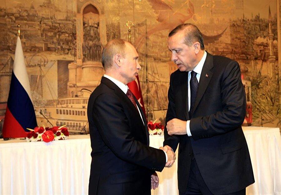 """Rus savaş uçağının düşürülmesi nedeniyle Türkiye ve Rusya arasında gerilen ilişkiler sonrası 10 Ekim 2016 tarihinde Türkiye'ye ilk ziyaretini gerçekleştiren Rusya lideri Vladimir Putin'le Cumhurbaşkanı Erdoğan 1 saat 40 dakika süren bir zirvede bir araya gelmiş, iki liderin görüşmesinin ardından Rusya doğalgazını Türkiye üzerinden Avrupa'ya taşıyacak olan """"Türk Akımı Doğalgaz Boru Hattı Projesi"""" hükümetler arası anlaşma imzalanmıştı."""