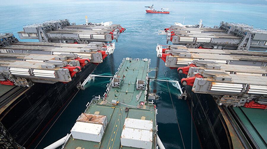 4 Kasım 2017 tarihi itibariyle projenin dörtte biri tamamlanırken, boru döşeme işini dünyanın en büyük inşaat gemisi Pioneering Spirit yapıyor. 380 m uzunluğundaki dev gemi günde ortalama 4 kilometre boru hattı döşeyebiliyor. Boruların montaj işlemleri gemide yapılırken, özel bir düzenekle 2 km'ye ulaşan derinliğe indiriliyor. Kullanılan boruların çapının 81 cm, ağırlıklarının 9 ton, boylarının ise 12 metre olduğu belirtiliyor.