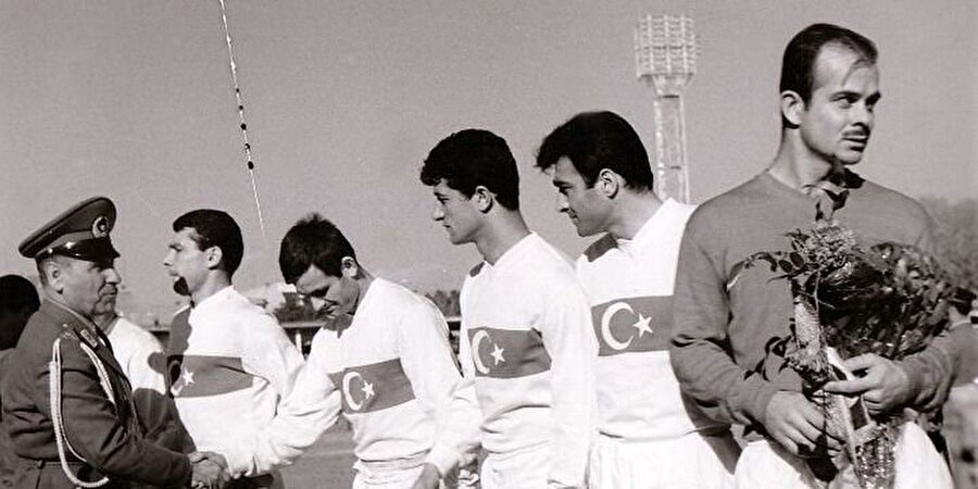 """Şeren, """"Berlin Panteri"""" oldu Takvimler 17 Haziran 1951'i gösterdiğinde Türkiye, Batı Almanya ile Berlin Olimpiyat Stadı'nda karşı karşıya geldi. Ay-yıldızlı ekibimiz sahadan 2-1'lik galibiyetle ayrıldı ve tarihteki en önemli başarılarından birini elde etti. Bu maç nedeniyle Galatasaraylı file bekçisi Turgay Şeren, """"Berlin Panteri"""" lakabını kazandı."""