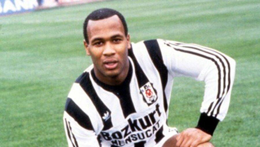 7) Les Ferdinand - 349 maç 150 gol Beşiktaşlı taraftarların gönlünde yarım kalan bir aşk hikayesiydi o, aynı zamanda inönü stadı çimlerinin tanık olduğu ilk siyahi oyuncu. Pişmesi için kiralık olarak geldiği Beşiktaş'tan ingiltere'ye döndükten sonra Newcastle'ın siyah–beyaz formasıyla yılın futbolcusu seçildi. Ancak talihsiz sakatlığı dünya yıldızı olmasını önledi. Ferdinand yine de futboldan kopmadı, Tottenham'da gollerini atmaya devam etti.     22 yaşında Beşiktaş'a kiralık olarak gönderilen Ferdinand, futbolculuk kariyerindeki ilk büyük çıkışını İstanbul'da yapacaktı. Beşiktaş'ın efsanevi üçlüsü Metin–Ali–Feyyaz'la beraber İnönü Stadı'nın çimlerinde boy gösteren Ferdinand, 1988–89 sezonunda 24 kez siyah–beyazlı formayı giydi. Beşiktaş taraftarı da ilk zamanlar merakla ve tereddütle izlediği İngiliz futbolcuyu ilerleyen haftalarda ayakta alkışlamaya başladı. Beşiktaş'ın tarihindeki ilk siyahi futbolcu olan Ferdinand'a büyük bir sevgiyle bağlanan taraftarlar, ona Türkçe isim de bulmuşlardı: 'Ferdi'. Uzun boyu ve güçlü fiziğiyle rakip kaleleri bunaltan Ferdinand, attığı gollerle zor maçların kahramanı oldu. Ferdinand'ın golleri o sene siyah–beyazlılara şampiyonluğu olmasa da Türkiye Kupası'nı getirdi. Beşiktaş camiasında yaptıkları ile iz bırakan Ferdinand, 1989/90 sezonunda eski takımı queens park rangers'a geri döndü.          Siyah İnci, Ada'ya geri döndüğü ilk yıl, Queens Park Rangers'da pek bir varlık gösteremedi. 1989–90 sezonunda sadece 9 karşılaşmada forma giyebilen Ferdinand adeta İstanbul'u özlüyordu. Ancak Ferdinand ilerleyen zamanlarda performansını sürekli artıracak ve QPR'nin değişmez golcüsü olacaktı. 1994–95 sezonunun bitiminde 37 maçın tamamında oynayan İngiliz forvet rakip filelere  tam 24 gol bıraktı. Ferdinand'ın bu yükselen temposu Newcastle United'ın Teknik Direktörü Kevin Keegan'ın da gözünden kaçmadı. Keegan'ın isteğiyle Newcastle, 1995–96 sezonunda 6 milyon sterline Ferdinand'ı renklerine bağladı. Newcastle da, Beşiktaş gibi siyah-beyaz renk