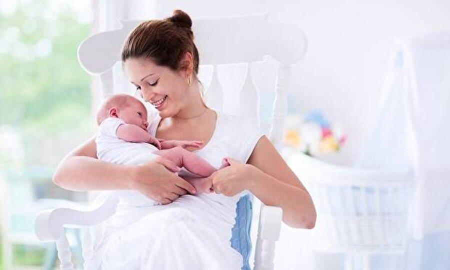 Ek gıdaya ne zaman başlanmalı?                                                                                                                                                                                                                               Bebeklere ek gıda hangi ayda başlanması gerektiği konusunda çok farklı yaklaşımlar var. Birçok doktor bebeğin ilk 6 ay sadece anne sütüyle beslenmesini ve 6. aydan itibaren ek gıdaya geçilmesini önerip ilk 6 ay bebeğin ihtiyacı olan her şeyi, (D vitamini hariç) anne sütünden aldığını belirtiyor. Bazı doktorlar ise, 4 aylık bebeğe ek besin başlamaktan yanadır. Bu yaklaşımı benimseyen doktorlar, bebeğe daha erken katı gıda vererek sindirim sisteminin daha çabuk katı gıdaya hazır hale geldiğini, güçlendiğini düşüyorlar.