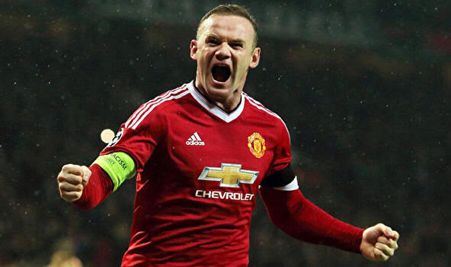 """2) Wayne Rooney - 471 maç 202 gol Henüz 18 yaşındayken 30 milyon sterlin gibi yüksek bir bonservis bedeliyle Manchester ekibinin yolunu tutan Rooney, kırmızı-siyahlı ekiple birçok başarı elde etti.Manchester United ile birer UEFA Şampiyonlar Ligi ve Avrupa Ligi zaferi yaşayan golcü, beşer İngiltere Premier Lig ile Community Shield şampiyonluğu, 4 Lig Kupası, birer Federasyon Kupası ve FIFA Dünya Kulüpler Kupası kazandı.     Kırmızı-siyahlı formayı 563 kez terleten Rooney, attığı 253 golle Bobby Charlton'ı (249) geçerek kulüp rekoru kırdı.İngiliz futbolcu, milli takımında da 119 maçta 53 gol kaydedip yine Charlton'ı (49) geride bırakarak en çok gol atan futbolcu unvanını aldı.Liverpool'un banliyö semtlerinden Croxteth'de 24 Ekim 1985 tarihinde dünyaya gelen Rooney'nin futbol aşkı öğrencilik yıllarında başladı. Futbol oynamasına izin verilmemesine kızarak okulun laboratuvarının duvarına tekmeyle zarar verdiği için iki gün ceza alan İngiliz futbolcu, 11 yaşında Everton'ın altyapısına girdi.Everton'da sergilediği performansla dikkatleri üzerine çeken 18 yaşındaki Rooney, 30 milyon sterlinlik bonservis bedeliyle Manchester United'ın yolunu tuttu. Bu rakam, 20 yaşından küçük bir futbolcuya verilen en yüksek bonservis olarak tarihe geçti.      2004-05 sezonunda UEFA Şampiyonlar Ligi'nde Old Trafford Stadı'nda Fenerbahçe'yi ağırlayan Manchester United, rakibini 6-2 gibi farklı bir skorla geçerken, Rooney Manchester kariyerine """"hat-trick""""le başladı.Manchester'da rüya gibi geçen senelerin ardından veda etme vakti geldi ve yıldızının parladığı Everton'a geri döndü."""