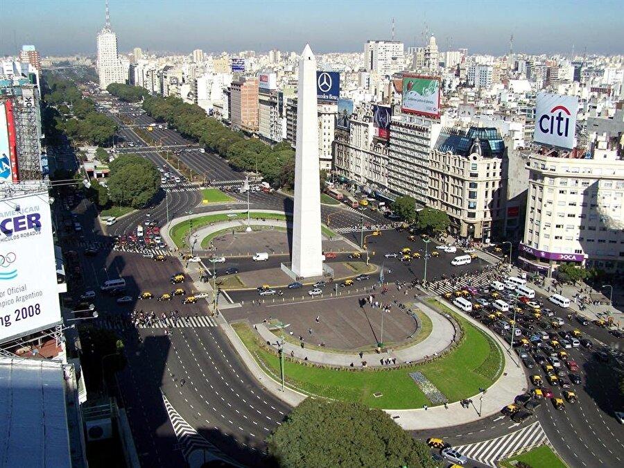 Arjantin                                      Başkent: Buenos AiresNüfus: 44 milyonYüzölçümü: 2.766.890 km²Dil: İspanyolca (resmi), İtalyanca, İngilizce, Almanya, Fransızca ve yerel diller (Mapudungun, Keçuva)Etnik yapı: Yüzde 97,2 Avrupa kökenli (genellikle İspanyol ve İtalyan) ve melez, yüzde 2,4 Amerika yerlisi, yüzde 0,4 Afrika kökenli     Para Birimi: Peso     Din: Yüzde 92'si Katolik, yüzde 2'si Protestan, yüzde 2'si Yahudi, diğer dinlere mensup kişilerin oranı yüzde 4.