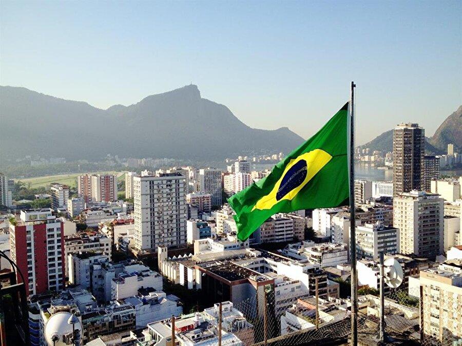 Brezilya                                      Başkent: BrasílNüfus: 207 milyonYüzölçümü: 8,5 milyon km²Dili: PortekizceEtnik yapı: Yüzde 48 Avrupa kökenli beyaz (Portekiz, İspanyol, İtalyan, Alman, vb), yüzde 43 melez, yüzde 7 Afrika kökenli siyah, yüzde 1 Asyalı, yüzde 0,4 yerli.Para Birimi: RealDin: Yüzde 87,9 Hristiyan, yüzde 1,4 inançsız, yüzde 2,2 Spiritüalist, yüzde 3,2 diğer