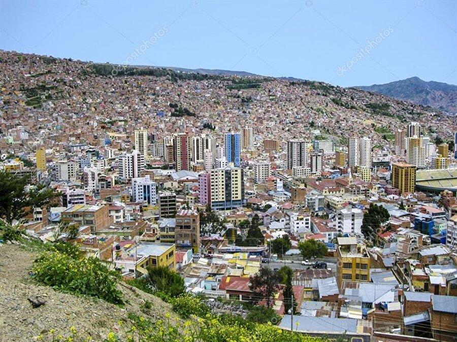 Bolivya                                      Başkent: La Paz ve SucreNüfus: 11 milyonYüzölçümü: 1.09 km²Resmi Dili: İspanyolca, Keçuva dili, Aymara diliEtnik yapı: Yüzde 68 Mestizo (beyaz-yerli melezi), yüzde 20 yerli, yüzde 5 beyaz, yüzde 2 cholo, yüzde 1 siyahi, yüzde 4 diğer      Para Birimi: Boliviano     Din: Yüzde 92,8 Hristiyan, yüzde 1,7 diğerleri, yüzde 5,5 herhangi bir dine inanmıyor