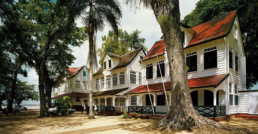 Surinam                                      Başkent: ParamariboNüfus: 534 binYüzölçümü: 163.265 km²Dili: Felemenkçe