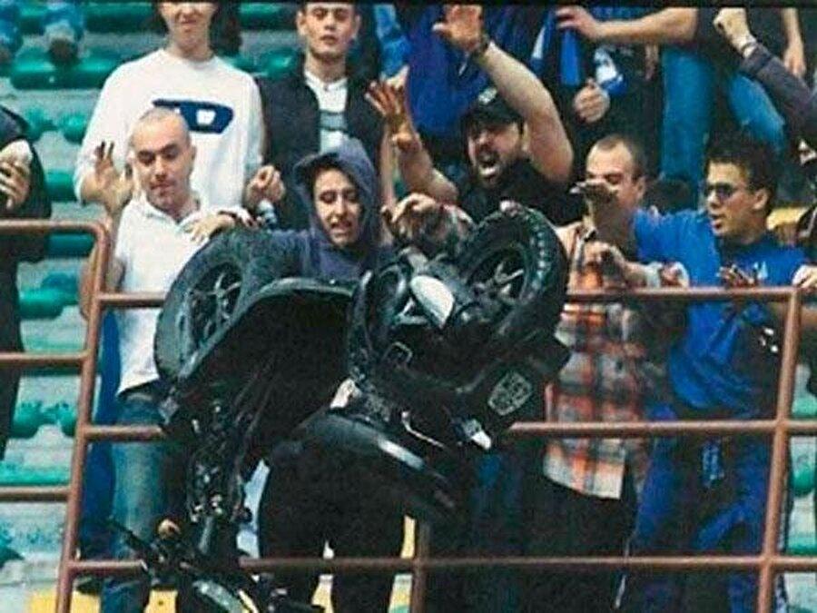 Inter ile Atalanta arasında oynanan karşılaşmada sahaya motosiklet atıldı. Maçtan önce Atalanta taraftarına ait motoru çalan Inter taraftarı, maçın başlama düdüğünün ardından motoru sahaya fırlattı.