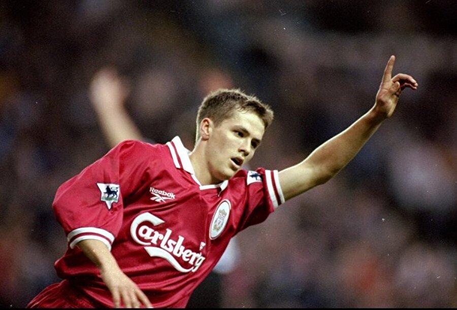 """6) Michael Owen - 326 maç 150 gol 17 yaşına bastığı günden 4 gün sonra hediye olarak Liverpool kulübünden profesyonel sözleşme alan michael,5 ay sonra forma giydiği ilk maç olan Wimbledon Fc maçında gol atarak tüm dünyanın takip edeceği bir maceranın başlangıcını yaptı. Owen'ın efsanevi bir golcü olmasını engelleyen talihi, tam da bu dönemde bir Liverpool efsanesi olan Robbie Fowler'ın sakatlanmasıyla Michael'a çok güzel bir sürpriz yaptı ve bu sayede kendine ilk 11'de yer bulmaya başladı. Nitekim Owen sezonu 36 maçta attığı 18 golle gol kralı olarak kapatarak 98 dünya kupası kadrosunda yer buldu.     1998-1999 sezonunda da fırtına gibi esen Michael Owen bir kez daha 18 golle gol kralı oldu. Hem de onun meşhur sakatlıklar serisinin ilkine rağmen. 1999-2000 sezonunda sakatlıklar yüzünden sadece 27 maçta oynayıp 11 gol attı. Bir sonraki sezonda da sakatlıklardan başı ağrımasına rağmen 28 maçta 16 gol atmayı başardı. Bütün bunlarla yetinmeyen Owen sonraki sezonda da 29 maçta 19 gol atarak arka arkaya 5 sezonda Liverpool'un en golcü ismi oldu. Bu arada bir de Uefa kupası kazanan Owen 2002 dünya kupasına gitmeden hemen önce Ballon D'or'la onurlandırıldı. Bu çılgın İngilizi durdurabilen kimse çıkmayınca dünya kupası dönüşü 26 gol atıp tüm dünyada """"durdurulamaz"""" imajını pekiştirdi.          2004-2005 sezonunda £8m karşılığında Real Madrid'e transfer olduğunda hakkında çokça yorum yapıldı. Gittiği takımda Raul ve Ronaldo gibi iki efsane varken Owen'ın forma şansı sorgulandı. Şanssız sakatlıklar burada da peşini bırakmayınca 4 sezonda sadece 79 maçta(30 gol) oynayabildi. Üstelik ilk sezonun Aralık ayında geçirdiği sakatlıktan sonra sezonu kapatıp, dünya kupasına yetişmek için çalıştı. Şanssız Owen kupaya yetişse de İsveç'le oynanan grup maçının ilk dakikasında ön çapraz bağlarını yırttı. Maalesef bu sakatlıktan sonra kendini bir daha asla toplayamadı. Newcastle'ın küme düşmesiyle boşta kaldıktan sonra herkesi şaşırttı ve Manchester United'la sözleşme imzaladı."""