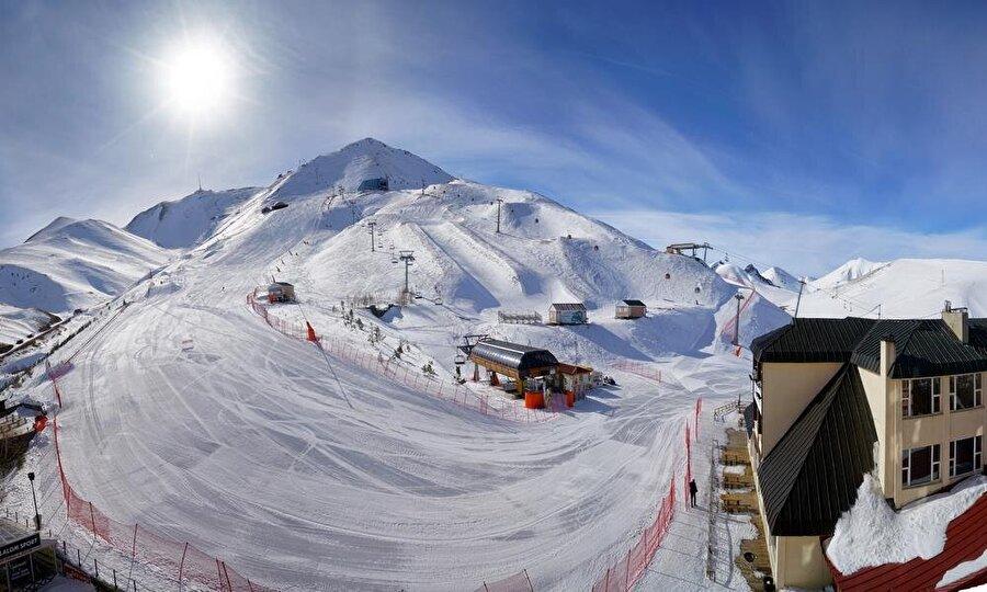 Kayak pistleri                                      Erzurum'un sahip olduğu 4 ve 5 yıldızlı konaklama tesislerinin, hava limanına uzaklığı 10-15 dakikadır. Palandöken ve Konaklı kayak merkezi; 150 gün üzeri devam eden sezonla kırş turizminde marka şehir olmayı başarmıştır. Palandöken, Konaklı ve Kandilli Kayak Merkezleri, kayakla atlama kulesi, 2 bin kişilik buz pateni pisti, 500 kişilik sürat pateni pisti, 500 ve 3000 kişilik buz hokeyi pistleri, 1020 kişilik curling salonu bulunmaktadır.